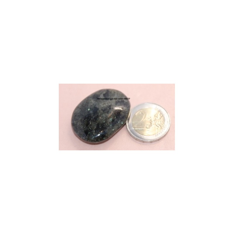 Nuummite galet pierre roulée