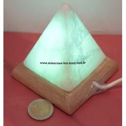 Pyramide en lampe de sel multicolore de l'Himalaya