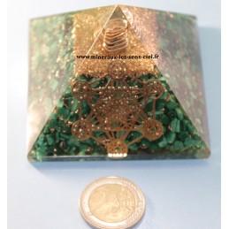 Pyramide en  orgonite pierre Malachite et Archange Métatron